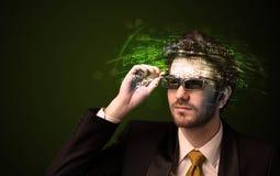 Affärsman som ser tekniskt avancerade nummerberäkningar Royaltyfri Fotografi