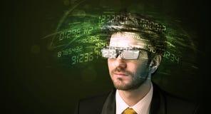 Affärsman som ser tekniskt avancerade nummerberäkningar Arkivbilder