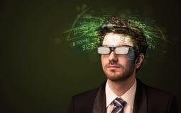 Affärsman som ser tekniskt avancerade nummerberäkningar Royaltyfri Foto