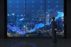 Affärsman som ser till diagram Arkivfoto