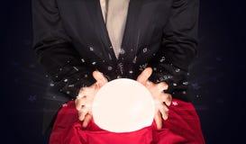 Affärsman som ser till inspiration i ett magiskt boll- och klotterbegrepp Arkivfoton