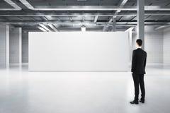Affärsman som ser tom whiteboard Arkivfoton