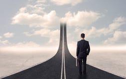 Affärsman som ser vägen 3d som går upp i himlen Royaltyfri Bild