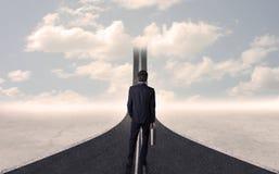 Affärsman som ser vägen 3d som går upp i himlen Arkivfoto