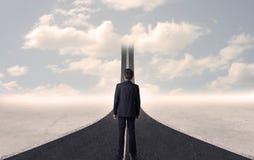 Affärsman som ser vägen 3d som går upp i himlen Arkivbild