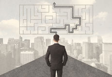 Affärsman som ser vägen med labyrint och lösningen Royaltyfri Bild
