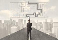 Affärsman som ser vägen med labyrint och lösningen Arkivfoton