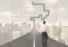 Affärsman som ser vägen med labyrint och lösningen Royaltyfria Foton