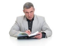 Affärsman som sitter på en tabell Royaltyfria Foton