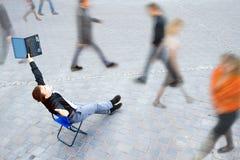Affärsman som sitter på gatan Royaltyfri Foto