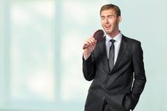 Affärsman som sjunger som om i mikrofon Arkivbilder