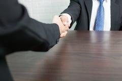 Affärsman som skakar händer efter lyckat ha handlat med parthner arkivbild
