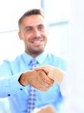 Affärsman som skakar händer för att försegla ett avtal Royaltyfri Fotografi