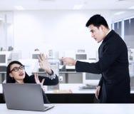 Affärsman som skriker på hans anställd Arkivbilder
