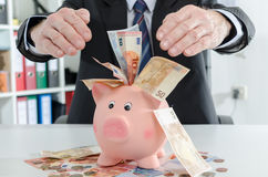 Affärsman som skyddar hans pengar Royaltyfri Bild