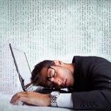 Affärsman som sovar på en bärbar datordator Royaltyfria Foton