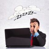 Affärsman som sovar på hans kontorsskrivbord arkivbilder