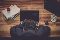 Affärsman som sover den främre bärbar datordatoren arkivbilder