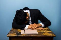 Affärsman som sover, når att ha stängt viktigt avtal royaltyfri bild