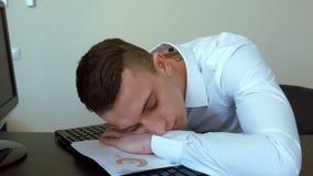 Affärsman som sover på jobbet stock video