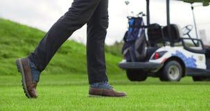 Affärsman som spelar golf stock video