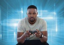 Affärsman som spelar med dataspelkontrollanten med ljusa ljusa linjer bakgrund Royaltyfria Foton