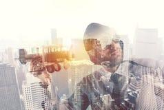 Affärsman som spelar med ett träflygplan Begrepp av starten av ett nytt företag arkivfoto