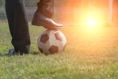 Affärsman som spelar med fotbollbollen, asiatisk affärsman med fotboll i stadionfoolballen, fotbollboll royaltyfria foton