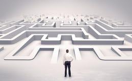Affärsman som startar en labyrint för lägenhet 3d Arkivfoton