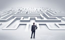 Affärsman som startar en labyrint för lägenhet 3d Royaltyfri Fotografi