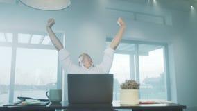 Affärsman som sträcker sig i lyxigt hus Trött man som kopplar av på arbetsplatsen stock video