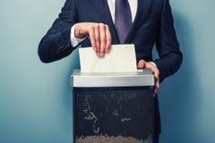 Affärsman som strimlar dokument arkivfoto