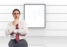 Affärsman som tänker med brädet på väggen arkivfoton