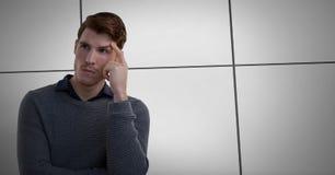 Affärsman som tänker med mörker - blå bakgrund med den fodrade väggen fotografering för bildbyråer