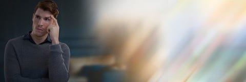 Affärsman som tänker med mörker - blå bakgrund med färgrik övergång arkivbilder
