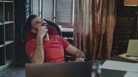 Affärsman som tänker om ny strategi i hem- arbetsplats tänka för affärsman stock video
