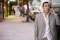 Affärsman som talar på en payphone Royaltyfria Bilder