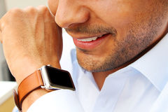Affärsman som talar på hans smarta klocka Arkivbild