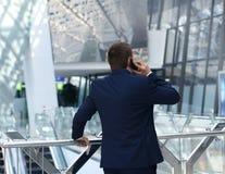 Affärsman som talar på hans smartphone royaltyfria bilder