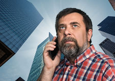 Affärsman som talar på mobiltelefonen i megalopolisen Fotografering för Bildbyråer
