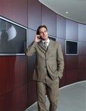 Affärsman som talar på mobiltelefonll Arkivfoton