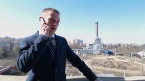 Affärsman som talar på smartphonen lager videofilmer