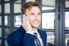 Affärsman som talar på smartphonen arkivbild