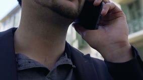 Affärsman som talar på smartphonen, störande påringning med hotet, utpressning stock video