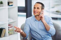 Affärsman som talar på telefonen fotografering för bildbyråer
