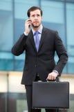Affärsman som talar på telefonen Arkivfoto