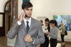Affärsman som talar på telefonen Royaltyfri Foto