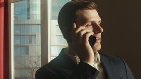Affärsman som talar på telefonen lager videofilmer