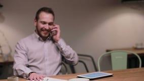 Affärsman som talar på telefonen i ett kafé lager videofilmer