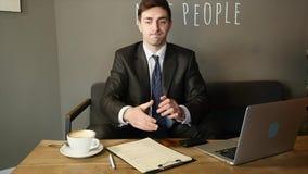Affärsman som talar på telefonen och fruktdryckdokumenten i kafé långsam rörelse stock video